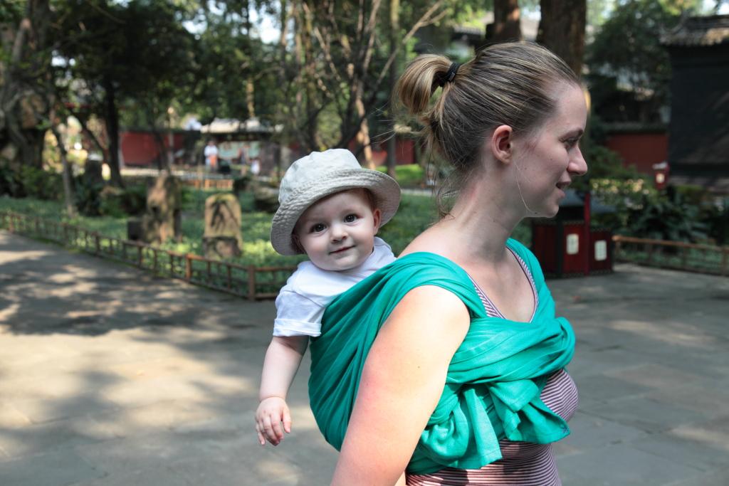 écharpe de portage LLA bébé sur le dos